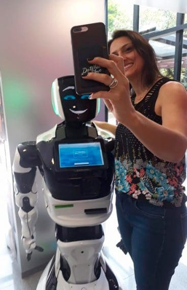 Umbô - Robô tirando selfie