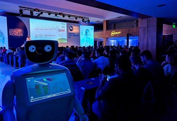 Dubô - Promobot V2 em evento da P&G